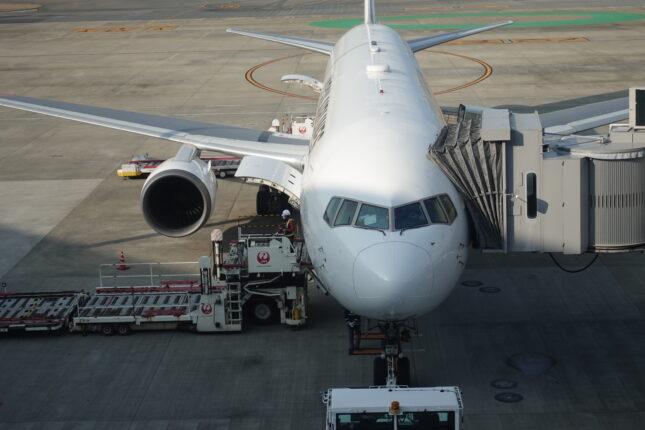 福岡空港サクララウンジから見える駐機中の飛行機