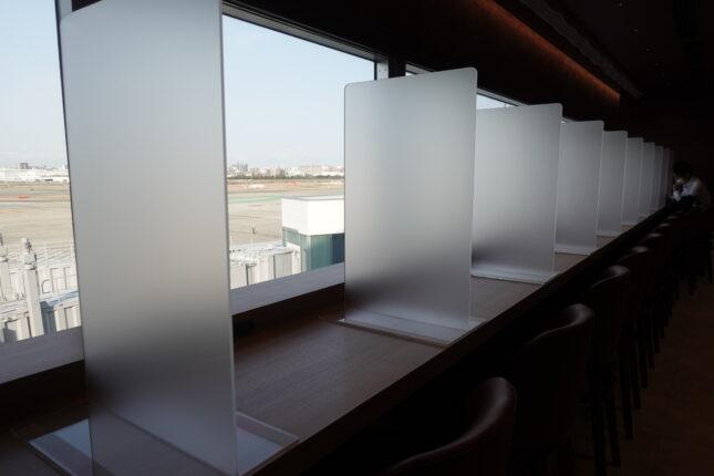 福岡空港 サクララウンジ 窓側カウンター席